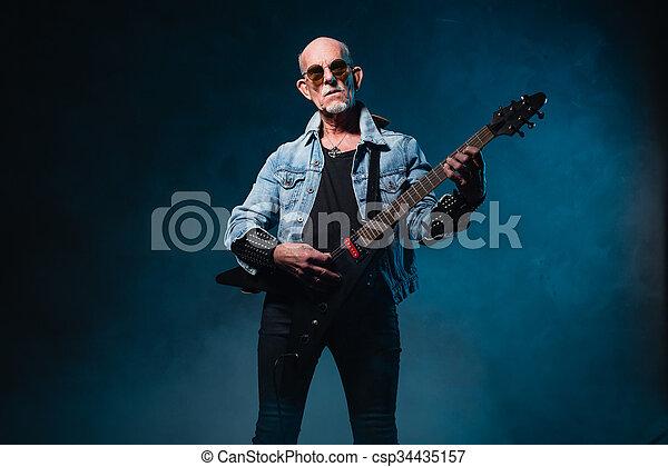כבד, flying-v, חשמלי, חזית, קירח, מתכת, כחול, רקע., גיטרה, בכור, חושך, איש - csp34435157